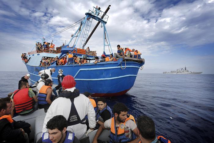 Profughi di origine Siriana a bordo di un barcone alla deriva soccorsi dall'equipaggio della Fregata Euro, Mar Mediterraneo Meridionale, 9 Settembre 2014. ANSA/GIUSEPPE LAMI